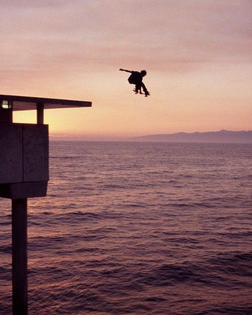 海に落ちるスケートボード
