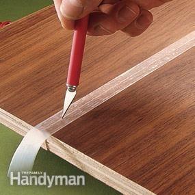 Utilisez du ruban adhésif pour attraper excès de colle  Pour éviter les taches causées par suintement colle le long des joints, serrer les pièces ensemble sans colle. Mettez du ruban sur le joint, puis couper le long avec une lame tranchante. Séparer les morceaux, appliquer la colle et les serrer à nouveau ensemble. La colle suinter sur la bande, pas le bois. Décoller la bande avant que la colle sèche.