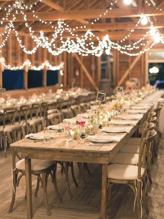 Love these farmtables with the simple tablesetting and the lights! Perfect for a farmtheme or rustic wedding: