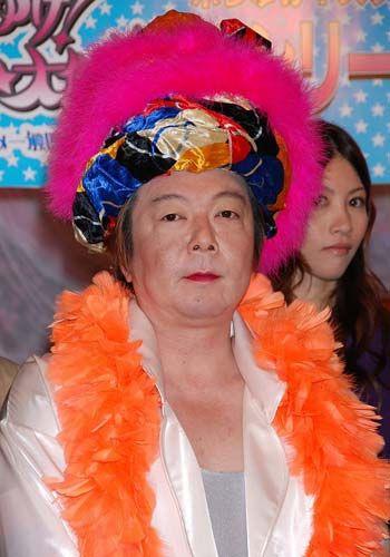 羽飾りを沢山つけた女装をしている古田新太の画像