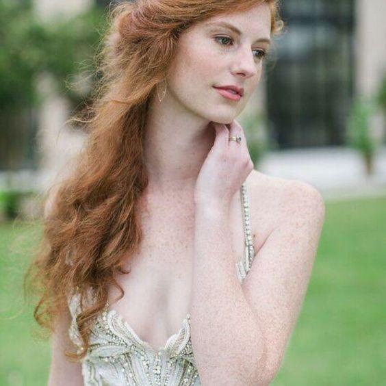 #sundayvibes Romantic #bridalfashion  in this stunning #portrait   Thank you @gathereventsnc & @kmiphotography 💖 #bridaljewelry by @melissatysondesigns ☺️  #melissatysondesigns #makeportraits #brides #engagementring #romance