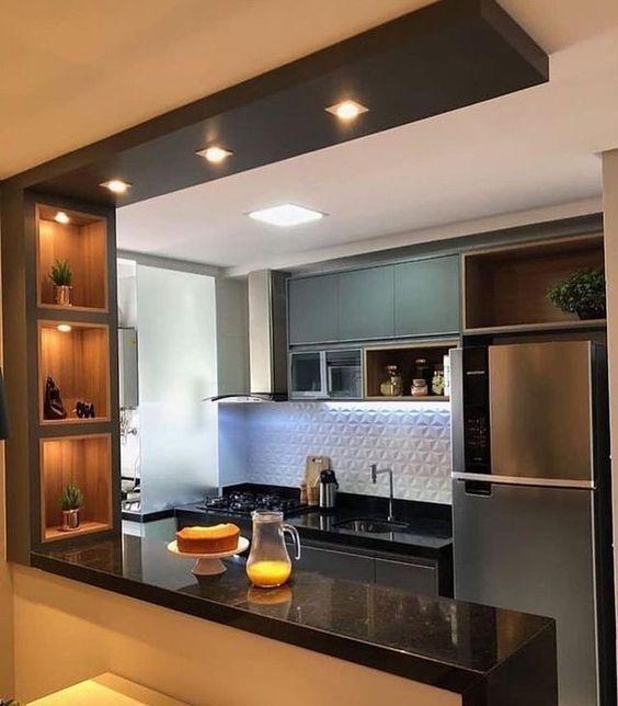 Decoração de cozinha com iluminação embutida nos nichos, e no teto