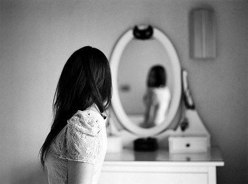 """9-ESPEJO: soñar con tu propio reflejo indica que estas pensando en como modificar ese """"yo"""" interior que a veces es muy testarudo y vanidoso."""