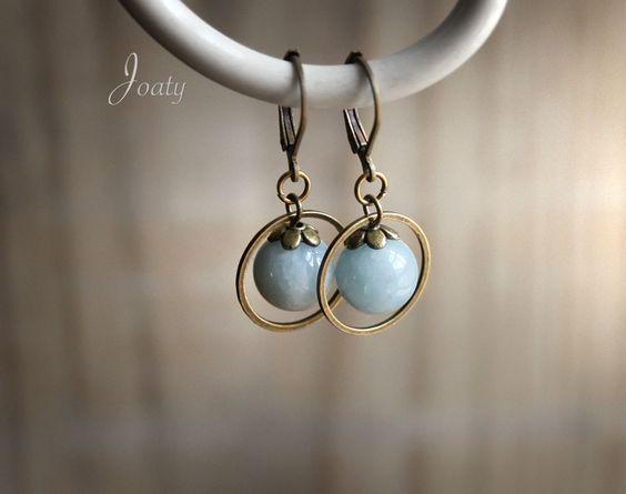 Boucles d'oreilles anneaux bronze, perles de Jade bleu ciel : Boucles d'oreille par joaty