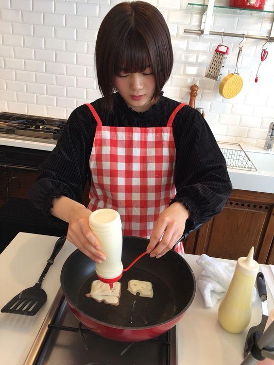 料理中の尾関梨香