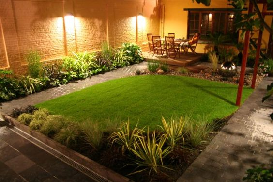 My husband loves big yards but i find charm in small yards for Beautiful small backyards