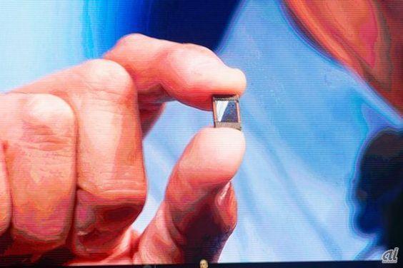 クルザニッチ氏が指先でつまんでいるのがマイクロコントローラーユニット「Curie」   2015年に発表されたCurieは、パターンマッチング技術が盛り込まれたIntel Quark SEマイクロコントローラに加え、BLE(Bluetooth Low Energy)、加速度センサ、ジャイロセンサなどを統合したIoT向けの小型モジュールだ。たとえば、ウェアラブルデバイスなどに搭載することで、装着者の動きから得られたさまざまなセンシング情報を収集できる。