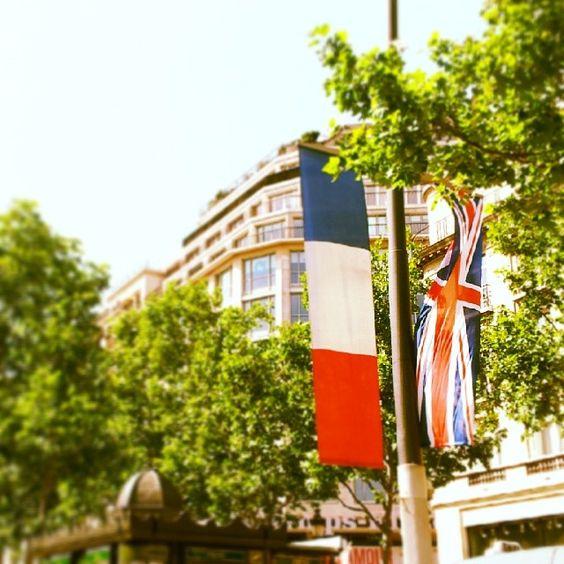 Champs Elysées - French and GB flags for the queen's visit in Paris #paris #visitparis #champselysees #parisjetaime #pariscityvision #grandebretagne #england #queen