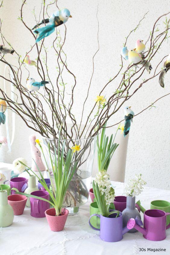 k versierde de Pasen takken met leuke vogels en een paar verspreide hangende linten. Als een middelpunt ik groep een grote collectie miniatuur gieters in popping kleuren, afgewisseld met tinnen potten met bloembollen in bloei. Elke plaats instelling beschikt over een pastel gekleurde vaas met een bloem en een tuin gereedschap met een label zoals de naam al plaats kaart. De enige konijntjes ik gebruik doen zijn de vilten eierwarmers.
