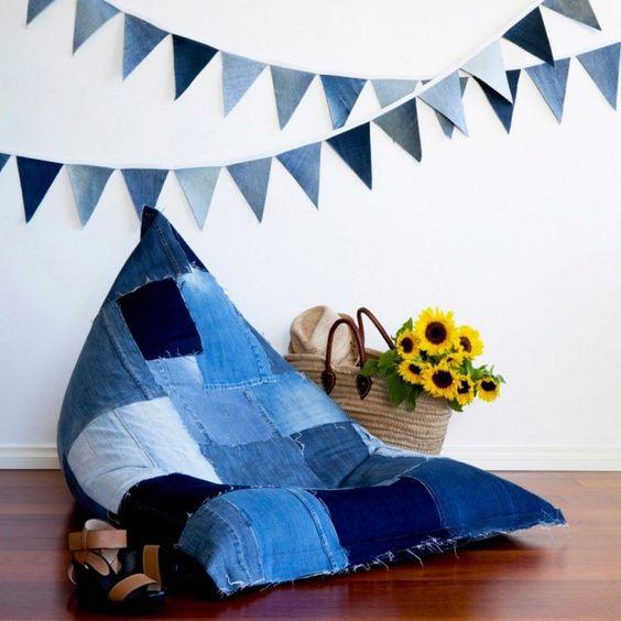 objet déco pouf en jeans recyclé avec guirlande DIY