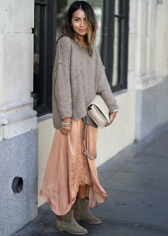 Associée à un gros pull et une paire de boots plates, la robe d'été prend ses quartiers d'hiver (Sincerely Jules) - Tendances de Mode