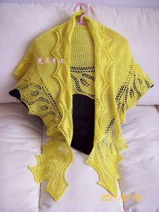 Красивая желтая шаль.