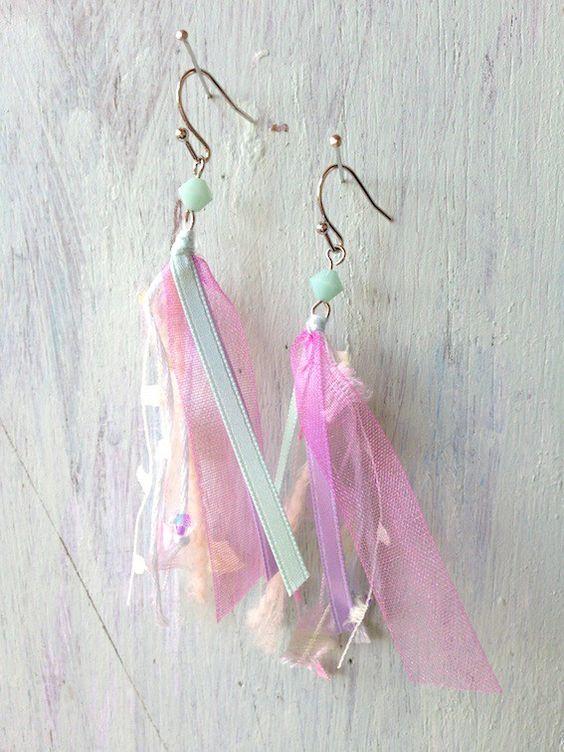 華やかな色合いのリボンや糸を集めてピアスを作りました。付けた時のふわふわした印象がかわいらしいと思います。※イヤリングまたは樹脂素材のピアスパーツに付け替え可...|ハンドメイド、手作り、手仕事品の通販・販売・購入ならCreema。