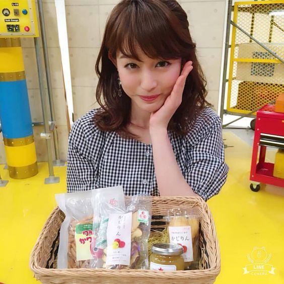 ブロック・チェックのトップスな新井恵理那