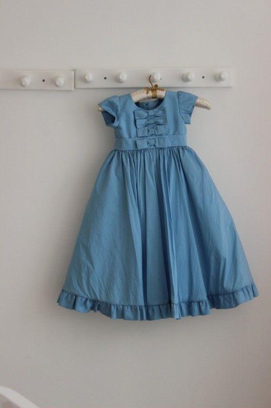 15 Modelos de Vestido de Daminhas de Casamento - Vestido azul com detalhes na barra by Marie Lafayette