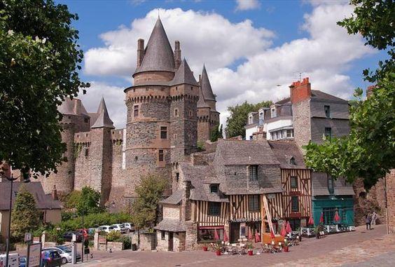 Castillos de Francia. Castillo ubicado en  Vitré, en Brittany y lleva el nombre de Château de Vitré. Fue construido cerca de los finales del siglo XI. Originalmente construido de madera, tras reiterados incendios, se reconstruye con piedra. En el año 1820, el castillo fue vendido a la ciudad y restaurado por sus ciudadanos. La compra fue por 8,500 francos, y a día de hoy contiene en su edificación la oficina de la muni: