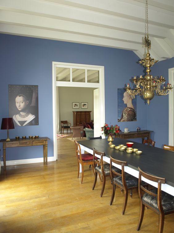 Esszimmer in ´Elise´. Ein sehr warmes blau, das trotz seiner satten Farbe nicht aufdringlich wirkt, sondern eine sehr angenehme Hintergrundfarbe ist.