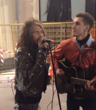 Steven Tyler sings I Dont Want to Miss a Thing with Russian Street Musician