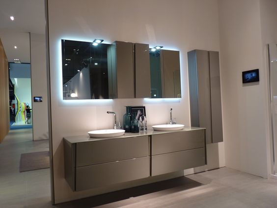 Mueble de baño gris Azulejo blanco, suelo gris Posible frontal