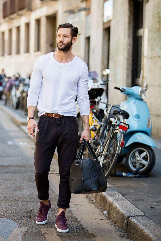 Street looks à la Fashion Week homme Milan, t-shirt blanc, sac homme