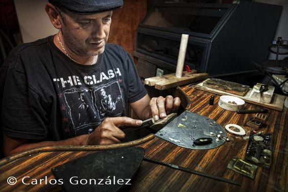 Valentín Conde, orfebre, de Fuerteventura, que realiza su obra con metales preciosos, para otros es del el sector de la joyería, él se considera un artesano