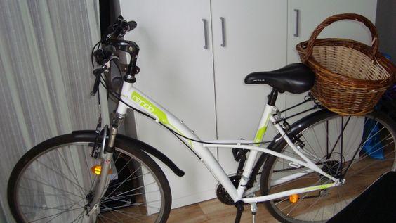 Location VTC Femme Tours (37000)  Vélo femme avec garde-boue, sonnette, fourche télescopique, porte bagage (sans ou avec panier) et béquille.