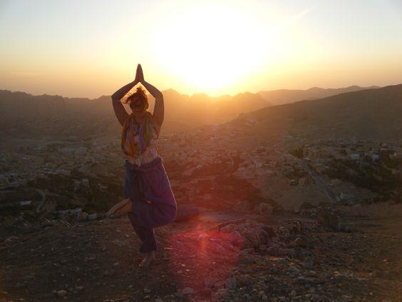 Yoga in de avond zon van Jordanie.