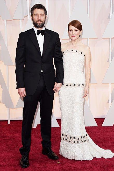 Oscar-Gewinnerin Julianne Moore hatte sich für ein weißes Kleid von Chanel Couture entschieden. Mehr Oscar-Looks: http://www.red-carpet.de/fashion-beauty/oscars-2015-cumberbatch-tatum-stars-auf-rotem-teppich-bilder-201549565