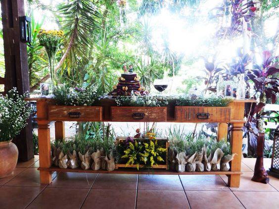 Mesa de doces com gavetas decoradas com flores naturais