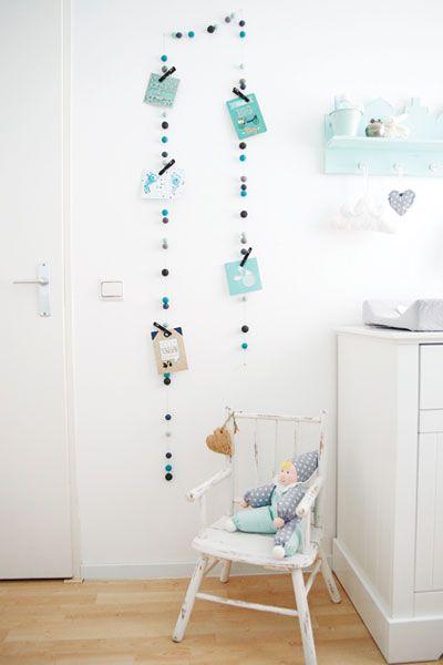 Van vilten balletjes aan een draad maak je een mooie slinger om je mooiste geboortekaartjes aan - Maak een hoofdbord aan ...