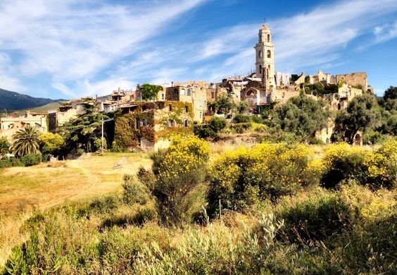 """A pochi chilometri da Sanremo, Bussana Vecchia, la colorata """"ghost town"""", andata in rovina con il terremoto del 1887 e poi ripopolata da creativi arrivati negli anni Sessanta."""