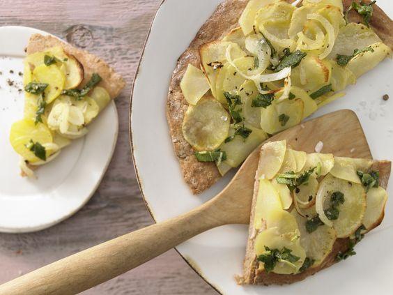 Überraschend belegt und überragend lecker! Kartoffel-Quark-Pizza - mit Salbei und Zwiebeln - smarter - Kalorien: 542 Kcal - Zeit: 30 Min. | eatsmarter.de