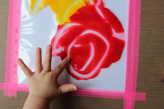 J'ai trouvé sur pinterest cet atelier de peinture. Et je dois dire que je trouve l'idée lumineuse! Peindre sans en mettre partout, sans courir du salon à la salle de bain en tenant en l'air les mains peinturlurées des enfants, pour moi c'est juste une bonne nouvelle! Pour cet atelier, tu auras besoin de peinture, ici j'ai utilisé des tubes de peinture à doigt et nous avons choisi les trois couleurs primaires; de feuilles blanches, de pochettes plastiques (tu peux aussi bien utiliser des sacs…