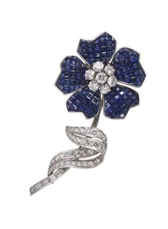Van Cleef & Arpels - Paris vers 1937\nBroche en platine, saphirs calibrés en serti mystérieux, diamants taillés en brillant et en baguette. Le serti mystérieux, ou serti invisible, a été mis au point par Van Cleef & Arpels et son brevet déposé en 1933.