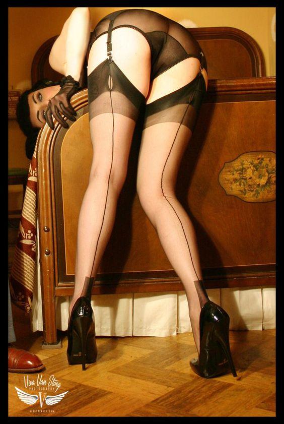 Immagine di http://orig02.deviantart.net/aead/f/2008/204/0/6/stocking_fetish_by_vivavanstory.jpg.