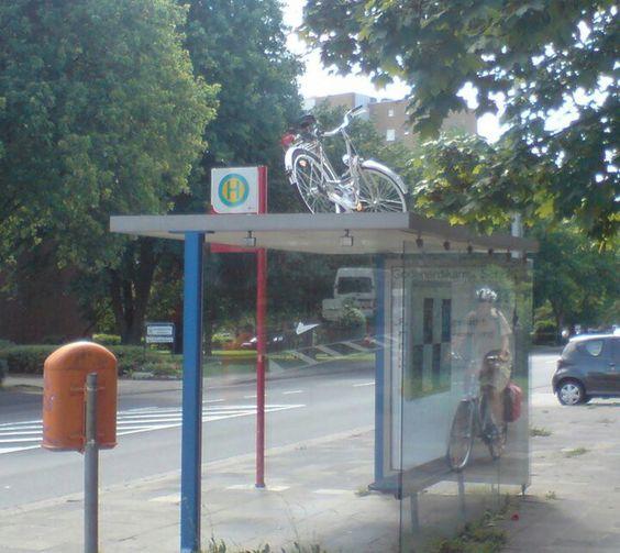 Fahrrad parkt auf Bushaltestelle