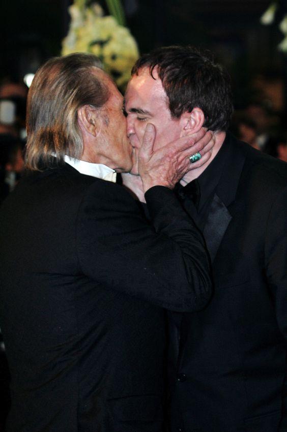 """David Carradine e Quentin Tarantino si baciano davanti ai fotografi prima della proiezione ufficiale di """"Kill Bill 2″ al festival di Cannes, il 16 maggio 2004"""