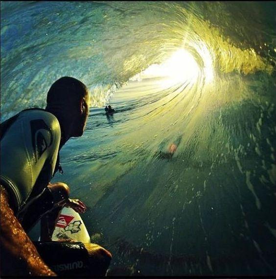 朝日とサーフィン