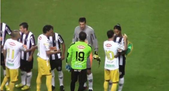 Todo mundo ama Ronaldinho Gaúcho. Veja o cumprimento de seus adversários! - AC Variedades