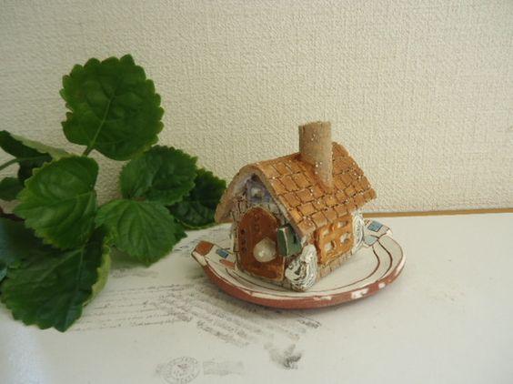 北欧レンガ造りの家(A) レンガ造りで、北欧風に作りました。 釉薬はなしで、焼き〆めで焼いてあります。 小さなかわいい家、つい手に取って触ってみたくなる ...|ハンドメイド、手作り、手仕事品の通販・販売・購入ならCreema。