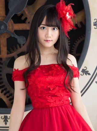 赤いドレスの小倉唯