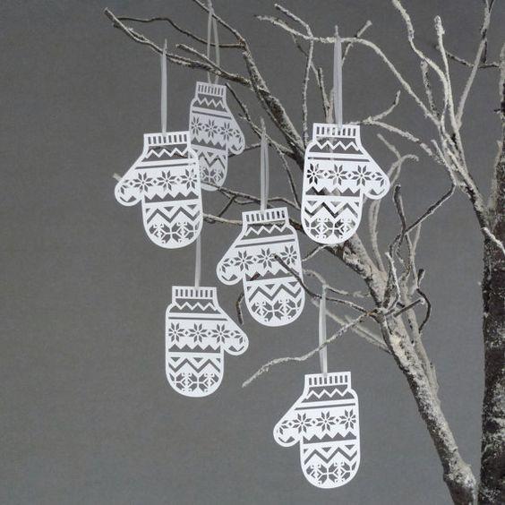 Handschuh-Anhänger ⭐️ Glove-Pendant (Handschuhform aus weißem Papier ausschneiden und mit einem Cuttermesser Muster ausschneiden, Faden ran und an Zweige hängen)