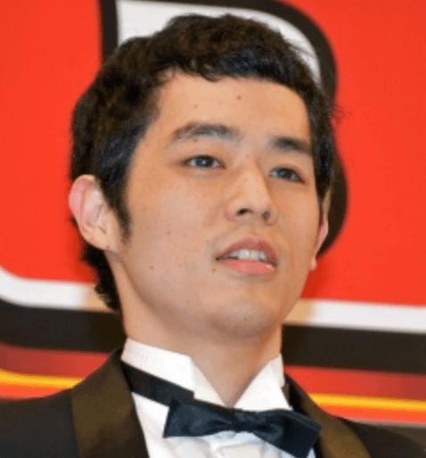 蝶ネクタイをしている濱田祐太郎さん
