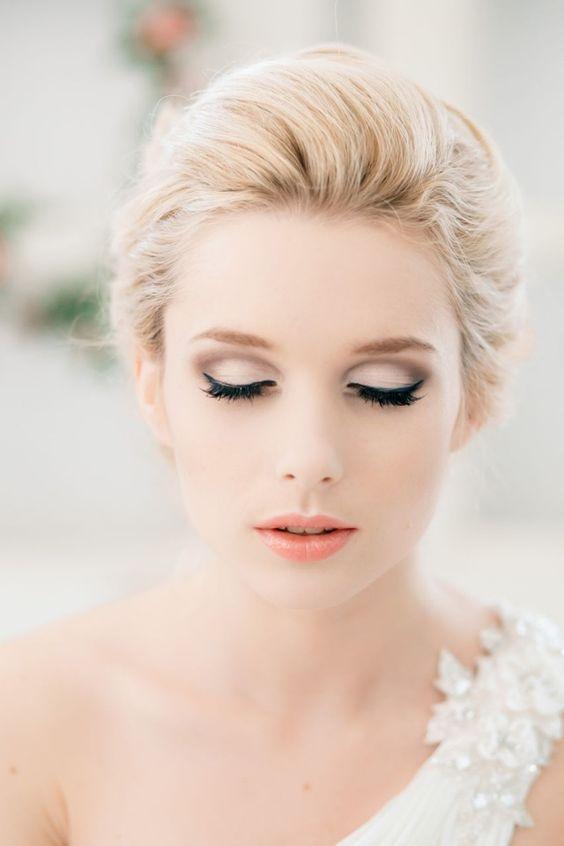 Dezentes Hochzeitsmakeup-hellrosa Lidschatten-getuschte Wimpern