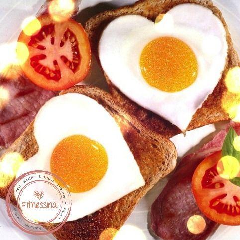 Tostadas integrales con huevo y tomate #eatclean Instagram: @fitnessinaps www.facebook.com/fitnessina