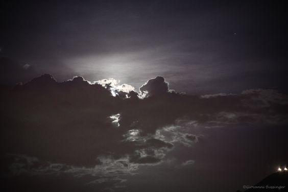 Atrás das nuvens