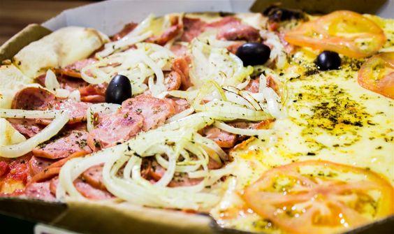 Famosa meia Mussarela meia Calabresa recebe outro status em nossa pizzaria!