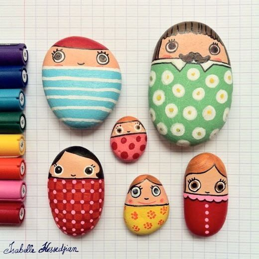Me parecen tan entretenidas las piedras pintadas y pueden servir como pisa papeles para los escritorios de los niños.  Una actividad muy entretenida y muy fácil que sólo requiere de elementos tan comunes y un tonel de creatividad, que a los niños les sobra.