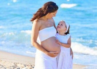 Nos conseils + 14 remèdes et recettes express à base d'huiles essentielles adaptées aux femmes enceintes durant la grossesse (à partir du 3ème mois) ou allaitant. Les règles générales pour le bien-être des mamans durant la grossesse.