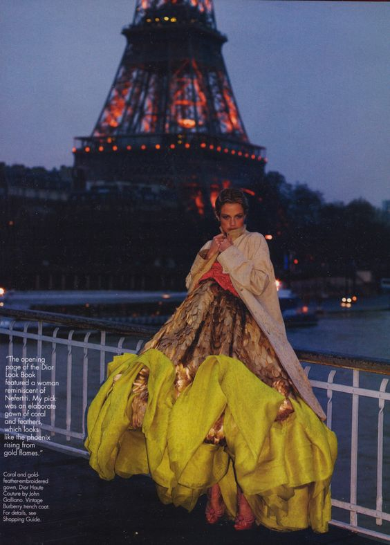 La modelo Carolyn Murphy, con un vestido de Christian Dior Couture. Revista Elle USA -april-2004